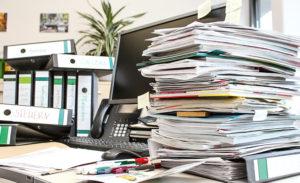 Zettelchaos auf dem Schreibtisch