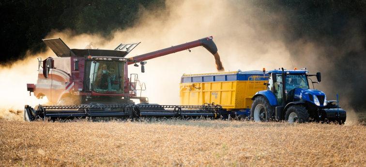 Case IH Dreschen new holland Traktor mit anhänger